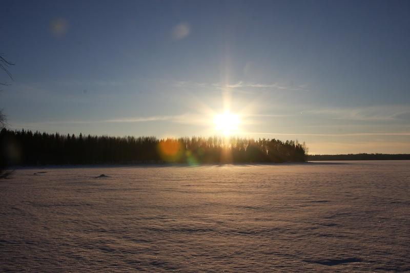 Aurinko Kuivasjärven päällä tammikuussa 2015. OSK Lumimuutos, 2015