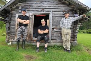 Reino Piitulainen poikineen Ala-Koidan kylällä jatkaa nuottausperinnettä. OSK Lumimuutos