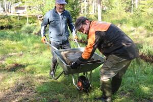 Jorma Antson Espoosta ja Vesa Antikainen kuljettavat kiviainesta Kissapurolle käsivoimin.