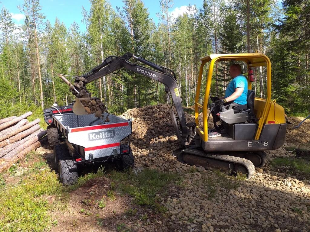 Janne Raassina lastaa kiviainesta vietäväksi purolle.